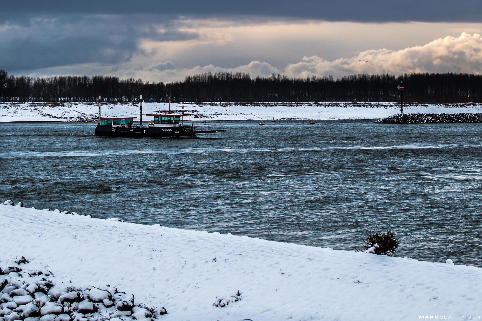 Pontje bij Tiel op de Waal in de sneeuw